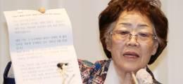 """""""김복동 할머니 이용해먹고  윤미향, 묘지에 가서 가짜눈물"""""""